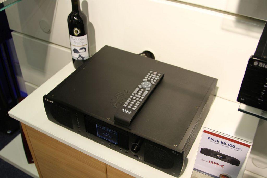 auch in Schwarz machen die Geräte eine gute Figur, besonders bei eine Fernbedienung mit Aluminiumoberfläche