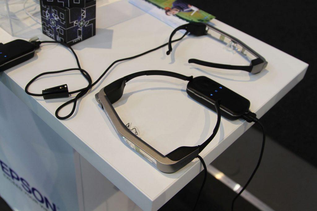 Die BT-300 wirkt sehr hochwertig ist aber sehr leicht und auch für Brillenträger angenehm zu tragen