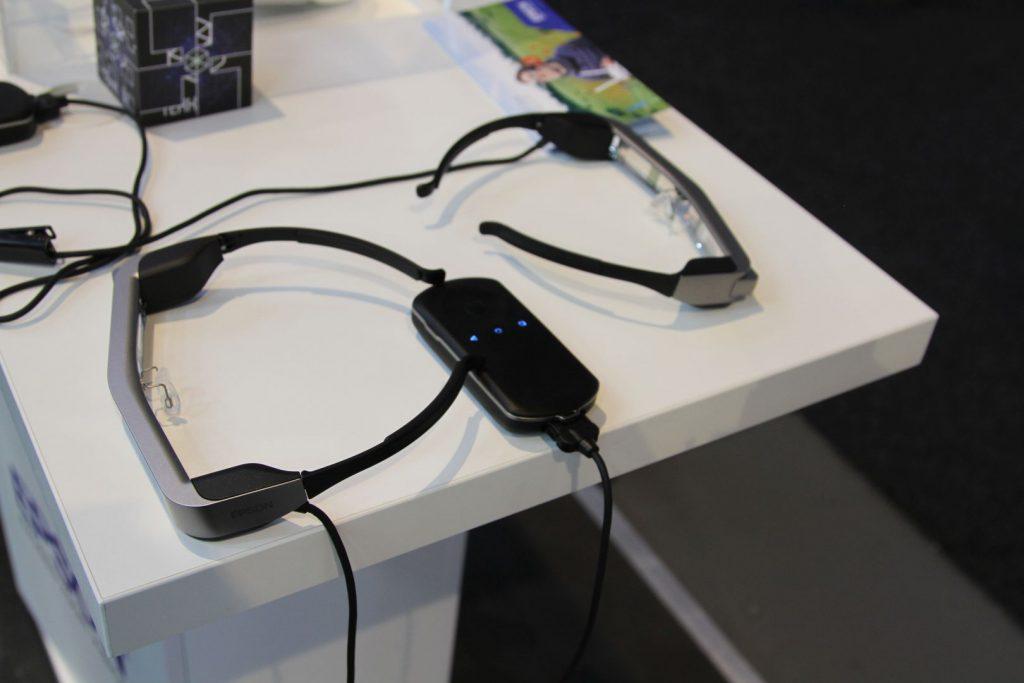 Eine Fernbedieung gehört ebenfalls zur Brille