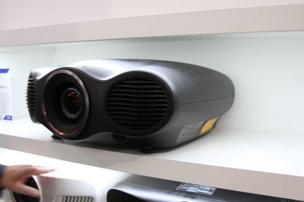 Das Topmodell EH-TW10000 kommt mit leistungsfähiger Laserengine