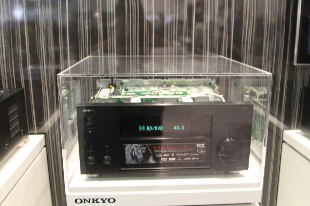 Der neue Onkyo PR-RZ5100 wurde mitsamt seines hochwertigen Innenlebens ausgestellt