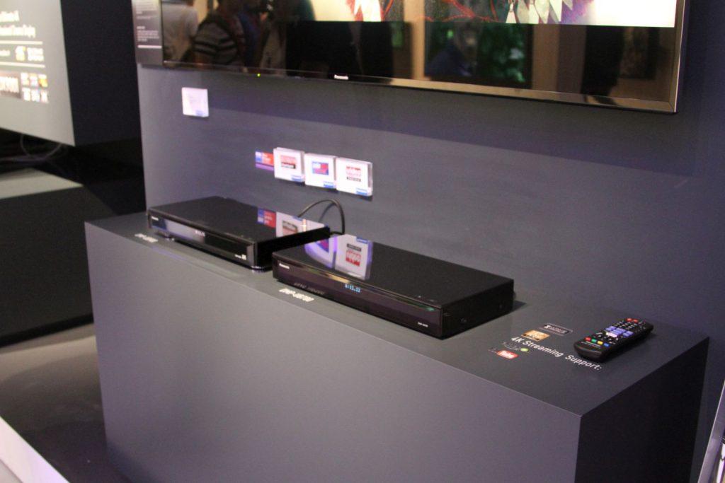 Der neue UHD Blu-ray Player UB704 (rechts), daneben der UB900