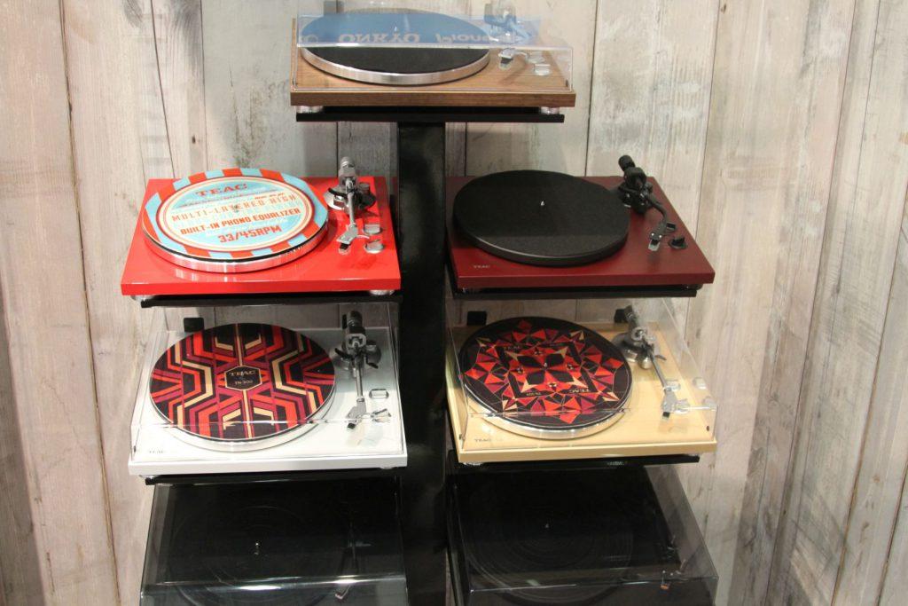 Plattenspieler in modernen Farbkombinationen