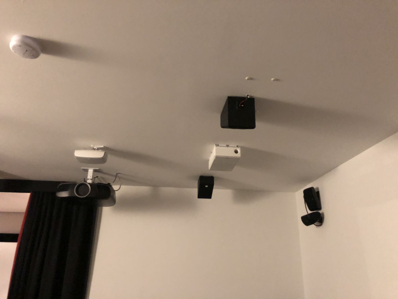 An der Decke und der Rückseite tummeln sich ebenfalls alle möglichen Lautsprecher um eine Vergleichbarkeit auch im 3D Soundbereich zu ermöglichen