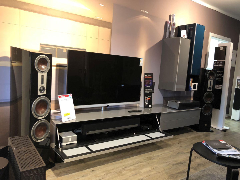TV auf Spectral Lowboard