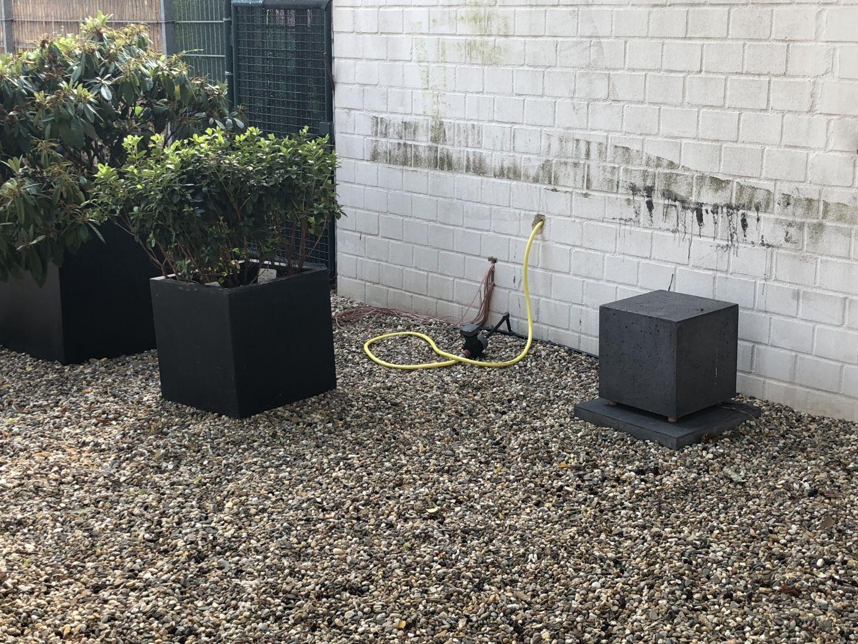 Die Lautsprecher im Außenbereich arbeiten passiv und werden vom Laden aus als Zonen Lautsprecher angesteuert